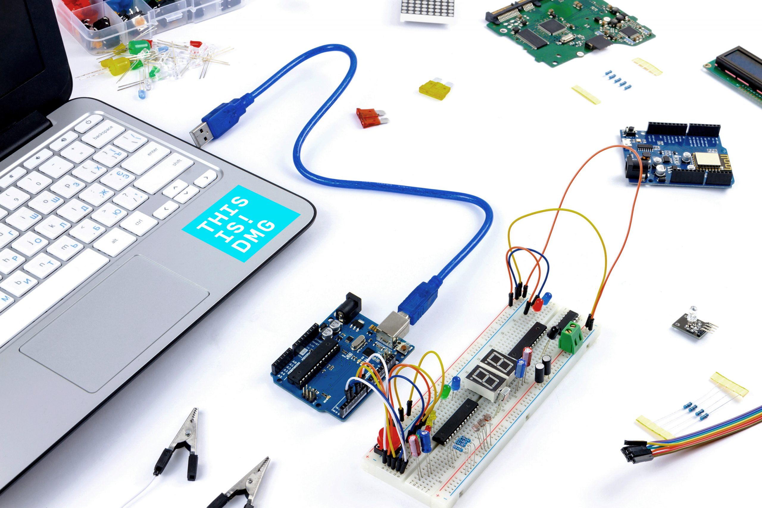 Laptop-and-hardware-IoT-DMG